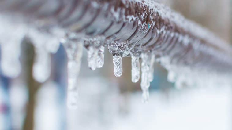 How long does it take for pipes to unfreeze on their own?
